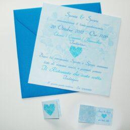 Partecipazione quadrata cuore di fiori azzurro e blu