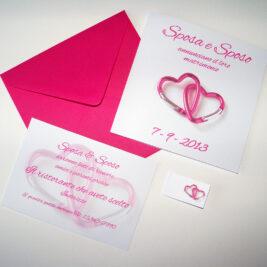 Partecipazione quadrata cuori moschettone rosa