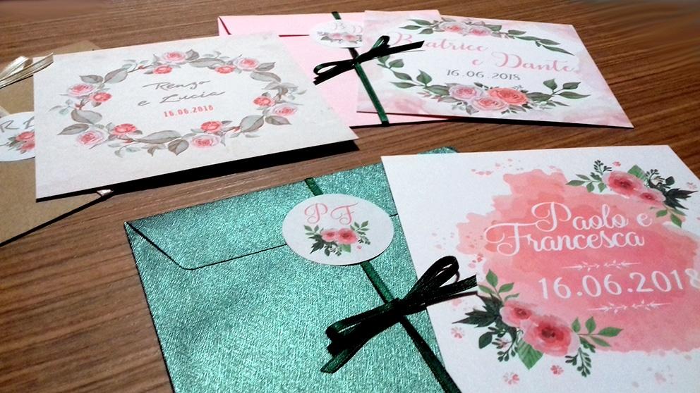 Partecipazione quadrata rose con nastro e sigillo sulla busta